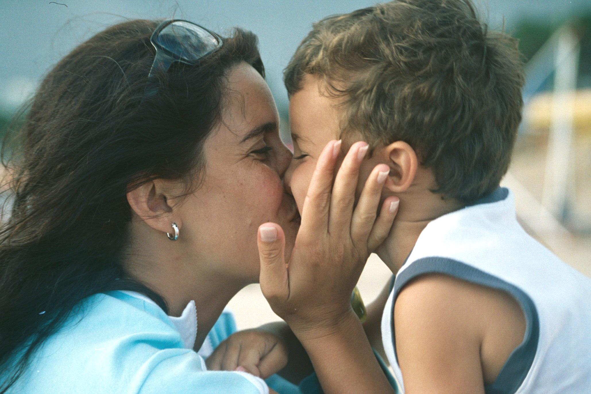 Сын чмокнул свою мать, Сын ебёт маму -видео. Смотреть сын ебёт маму 12 фотография